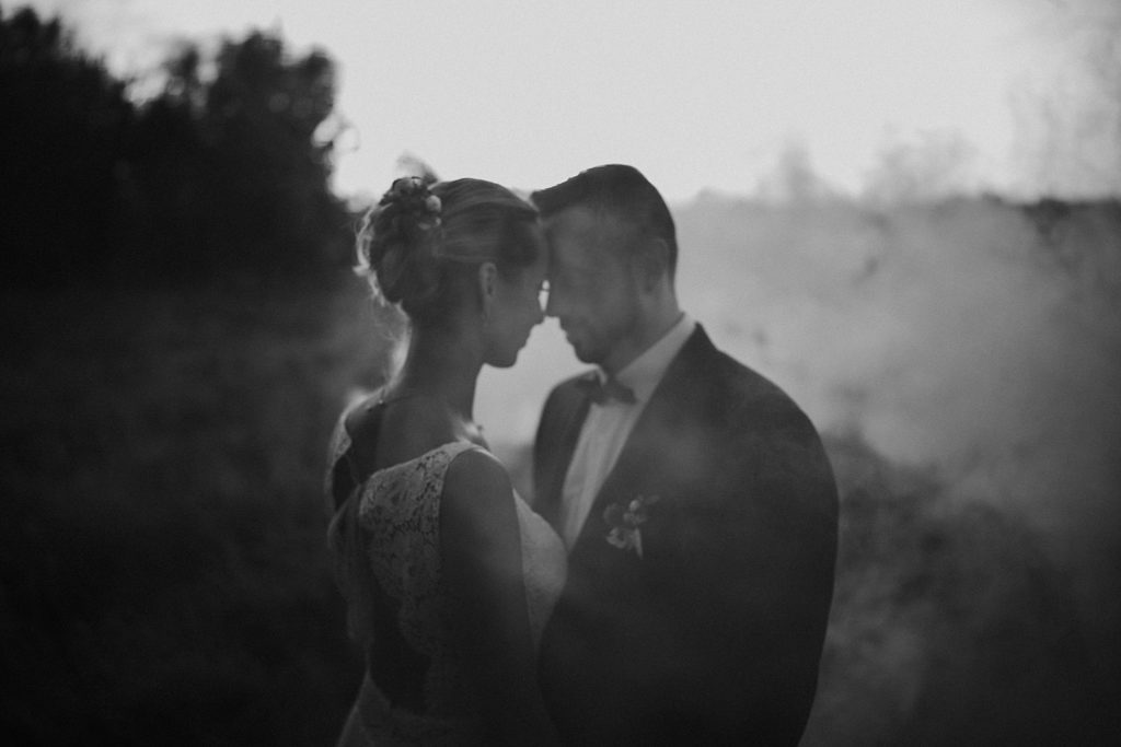 mariage a lille photo de mariage en noir et blanc avec fumigènes
