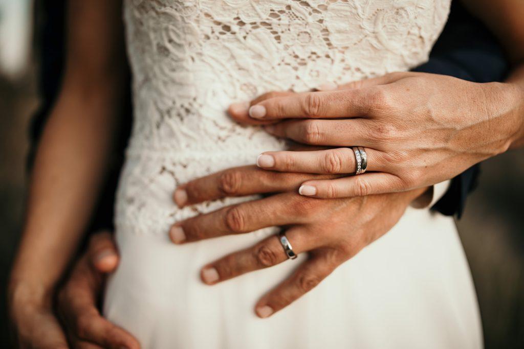 mariage a lille photo des mains avec alliances