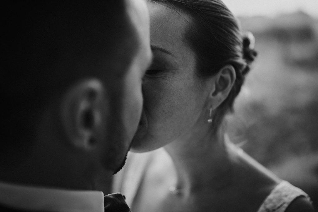 mariage a lille baiser en noir et blanc close up