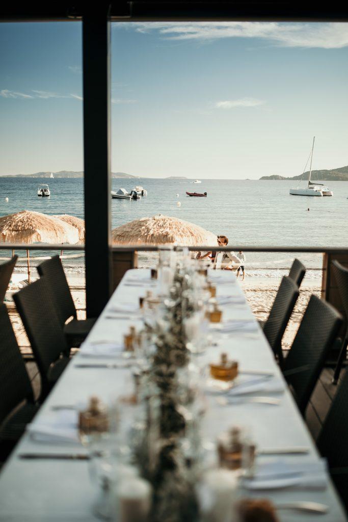 mariage bormes mimosas plage avec vue sur ile