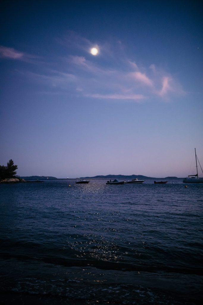 mariage bormes mimosas plage avec reflet lune