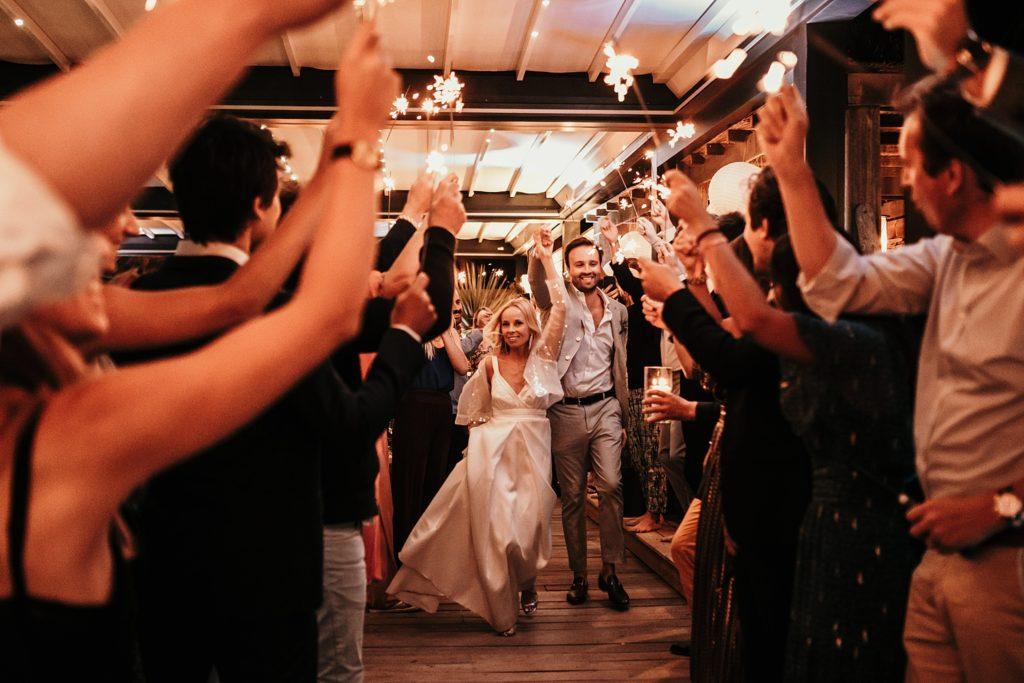 mariage bormes mimosas entrée mariées feu bengale