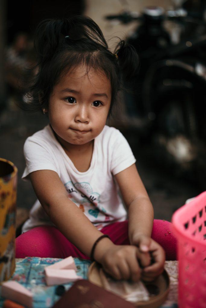 visiter le laos petite fille a luang prabang