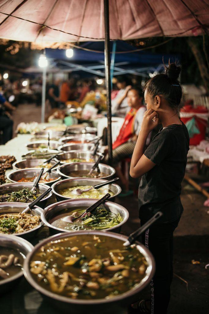 visiter le laos luang prabang stand de street food