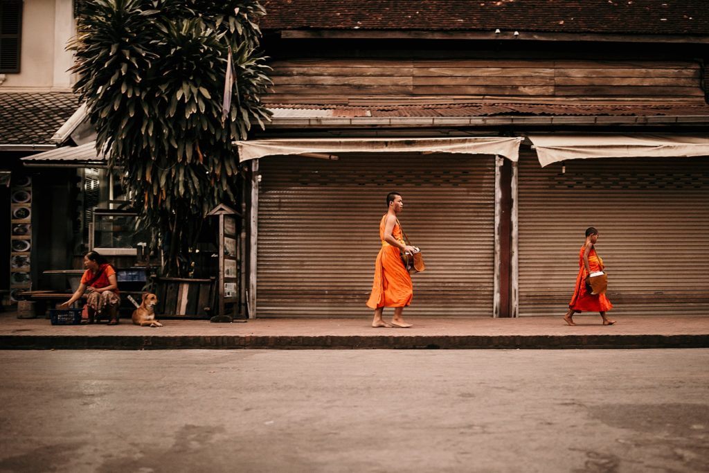 voyage au laos moine dans les rues luang prabang