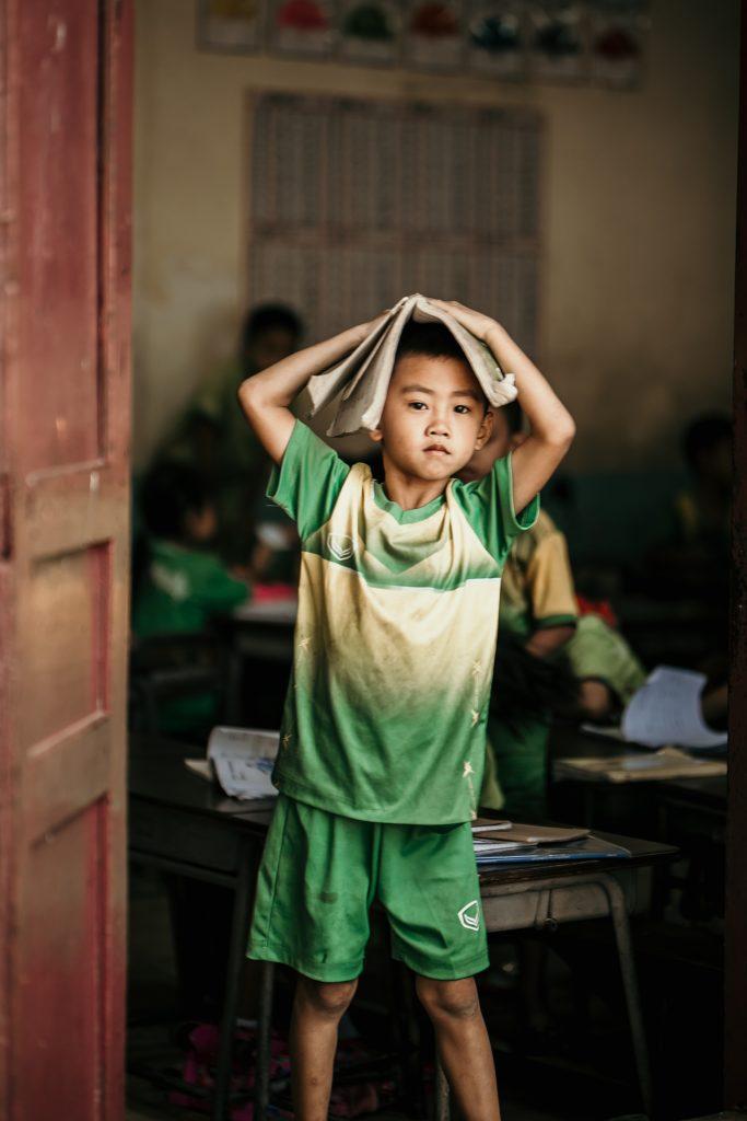 Visiter le Laos enfant avec cahier dans ecole vientiane
