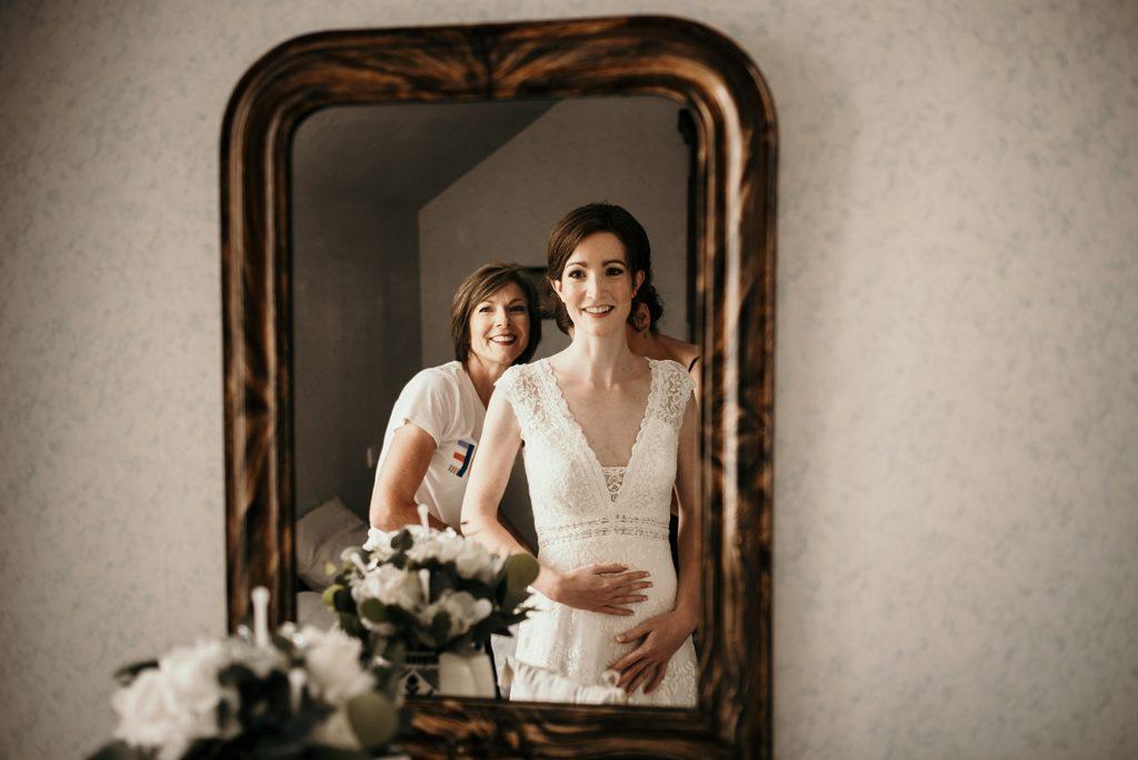 Photographe Mariage Bretagne mariée et sa maman avec robe