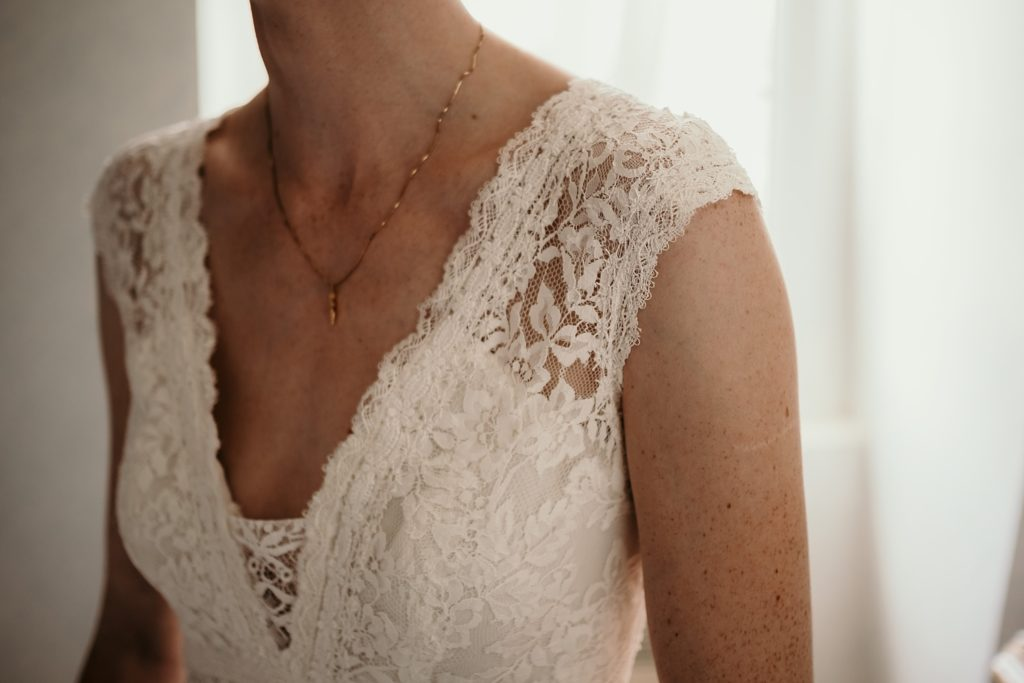 Photographe Mariage Bretagne détails robe mariage