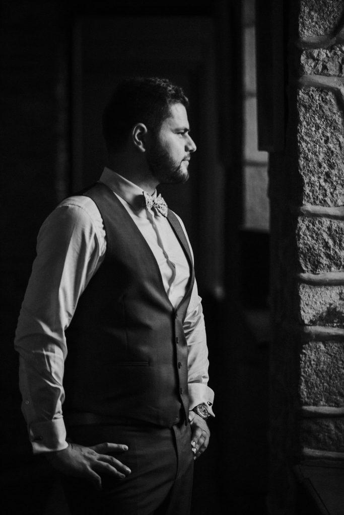 photographe mariage bretagne photo noir et blanc du marié