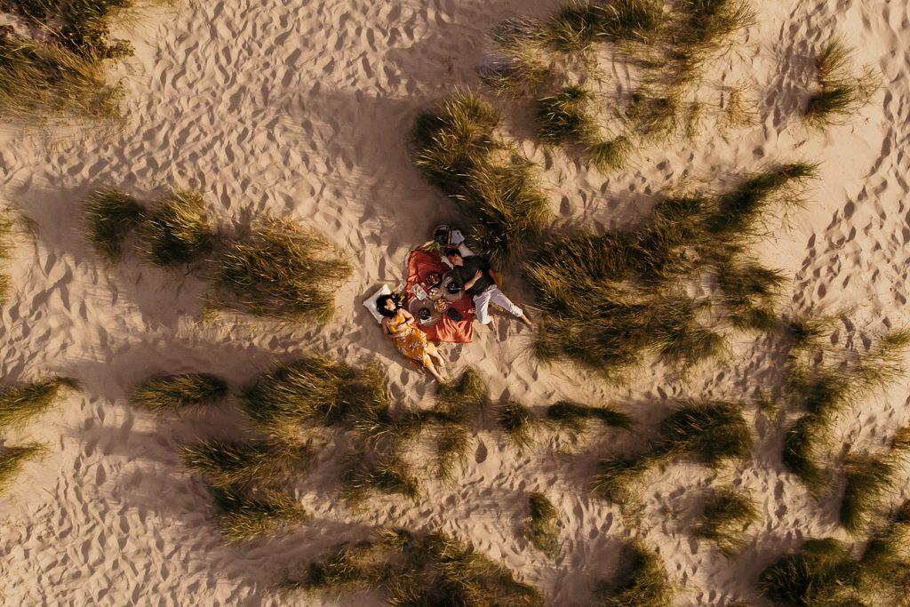 Séance photo Côte d'Opale couple dans les dunes vu de haut