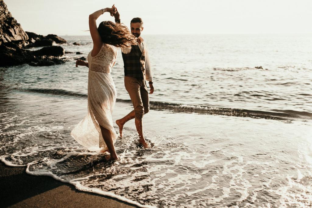 Séance couple sur la plage danser a la plage