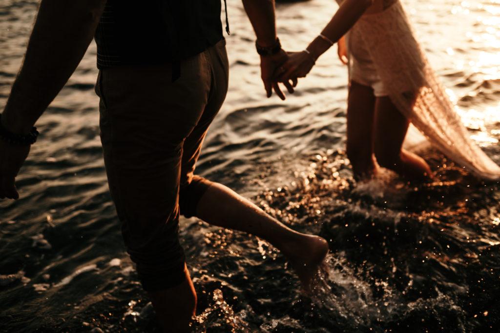 Séance couple sensuelle à Sanary les pieds dans l'eau