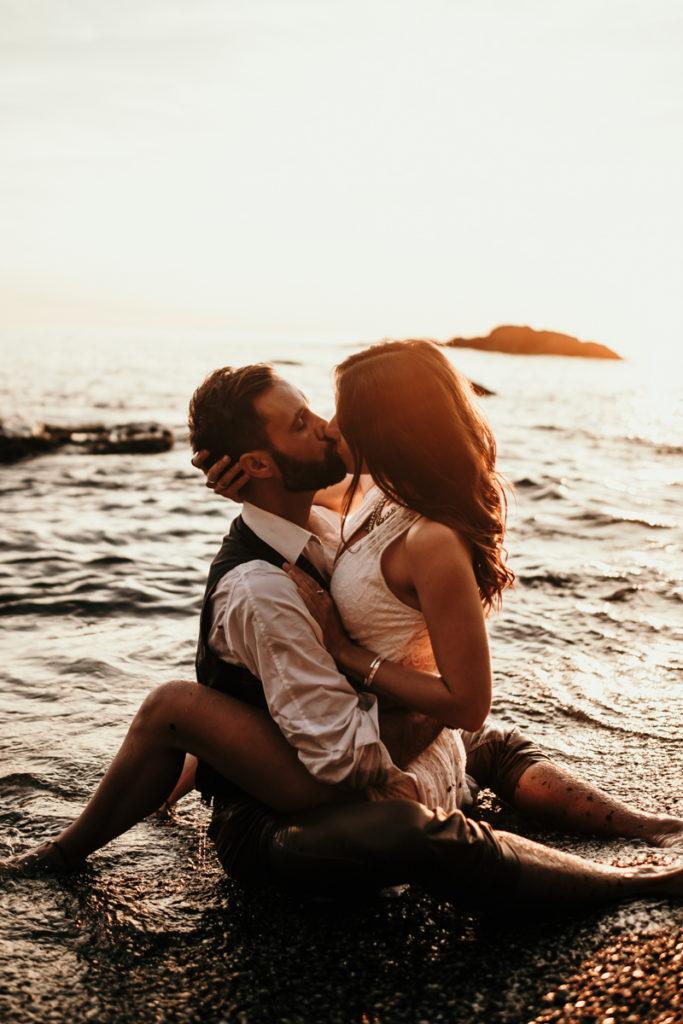 Séance couple sensuelle à Sanary couple amoureux dans l'eau