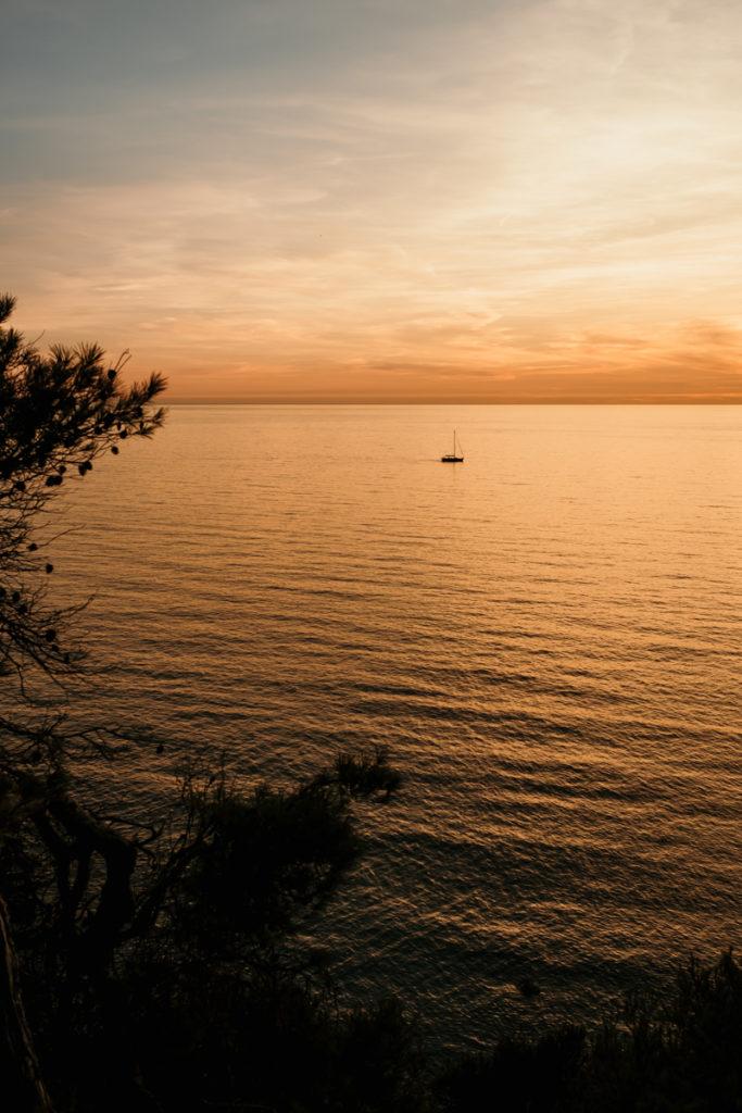 Séance couple sensuelle à Sanary bateau sunset
