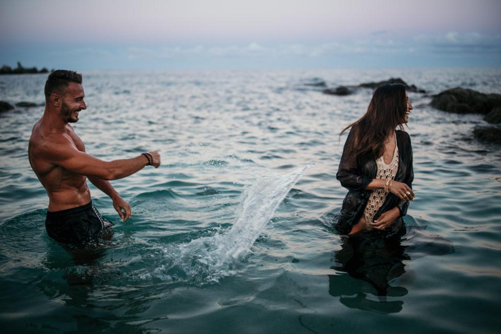 Shooting couple dans l'eau photographe cavalaire