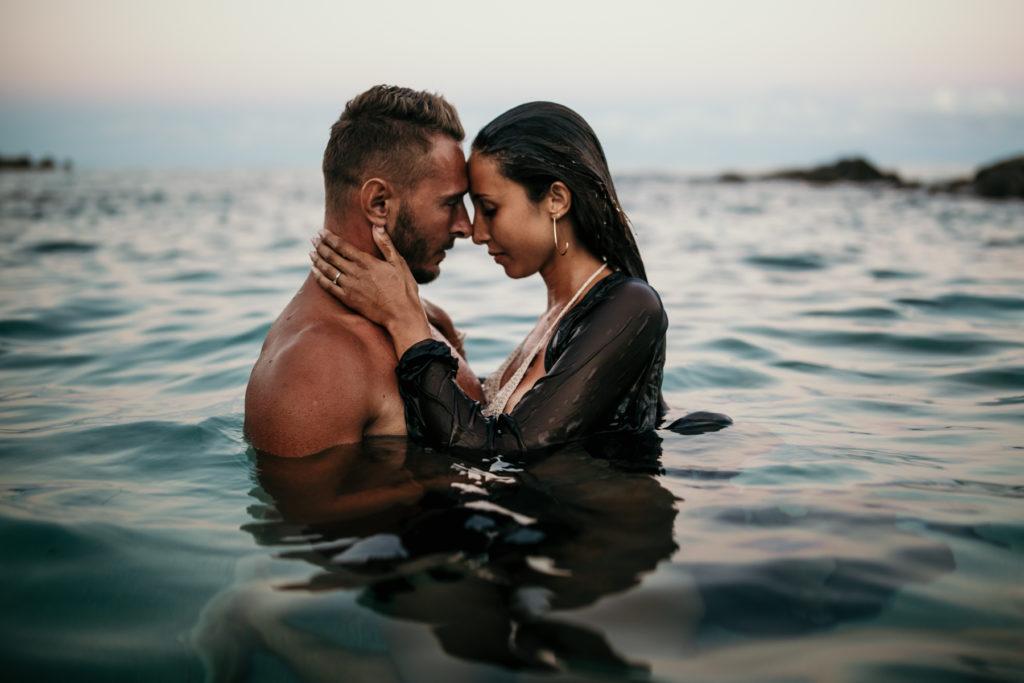 Shooting couple dans l'eau