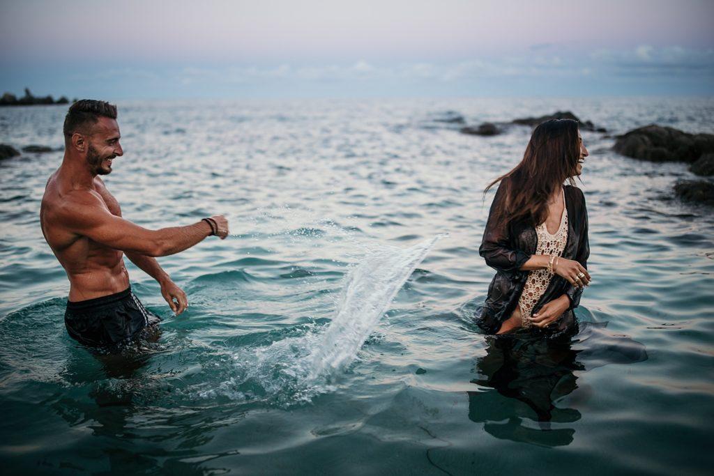 Shooting couple dans l'eau jouer dans l'eau