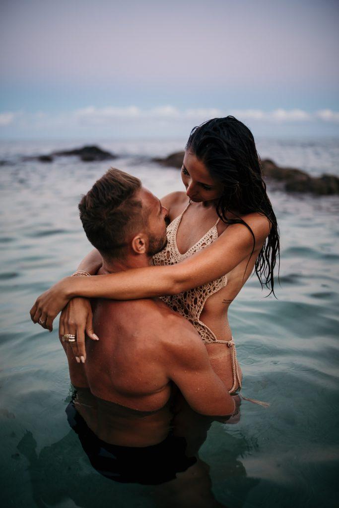 Shooting couple dans l'eau l'amour dans l'eau au sunset